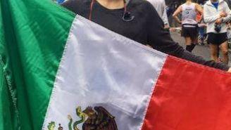 Paola Longoria posa con la bandera de México en Berlín