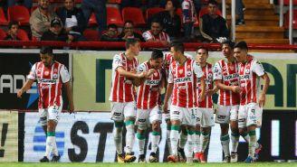 Pablo Velázquez celebra con sus compañeros el tanto de la victoria