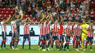 Chivas festeja con su afición después del partido