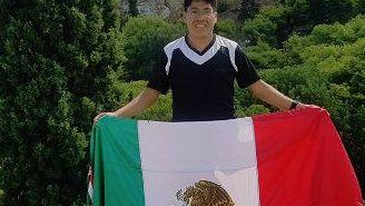 Marco posa con la bandera de México desde Grecia