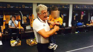 Tuca junto al bebé fan de la escuadra de la UANL