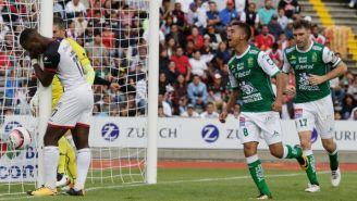 León festeja gol de Elías Hernández contra Lobos BUAP