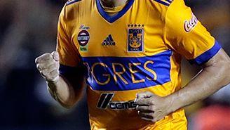 Juninho festeja después de anotar el penalti
