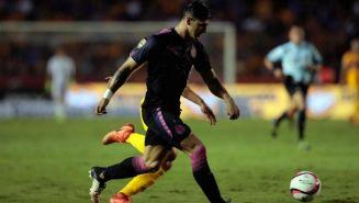 Pulido pelea un balón durante el partido frente a Tigres