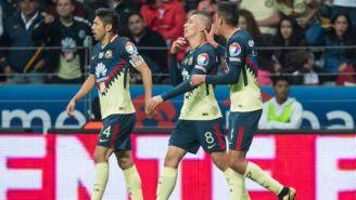 Edson Álvarez y Oribe celebran con Mateus Uribe