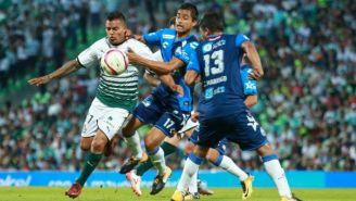 Javier Cortés disputa un balón en el juego contra Puebla