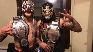 Penta Zero M (der) y Rey Fénix (izq) muestran títulos de campeones
