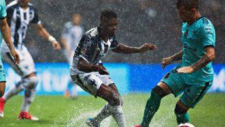 Avilés Hurtado pelea un balón en el encuentro frente a Santos que quedó suspendido por lluvia