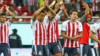 Chivas entregándose a su afición después del partido contra Lobos