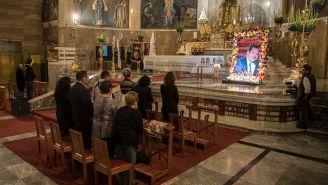 Luchadores de AAA se encuentran en la misa de Antonio Peña