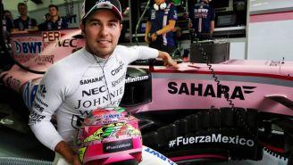 Checo luce su casco junto a su monoplaza de Force India