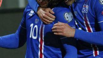 Sigurdsson celebra su gol contra Kosovo junto a Bjarnason