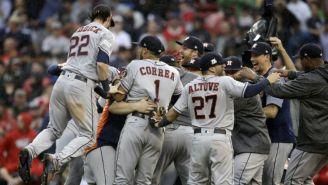 Los jugadores de Houston festejan el pase a la Serie de Campeonato