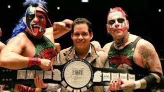 Psycho Clown y Pagano posan con su cinturón tras vencer a Taiji y Hi69