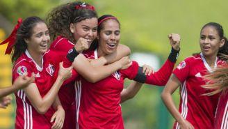 Marcela Vera festeja su gol frente a Guadalajara