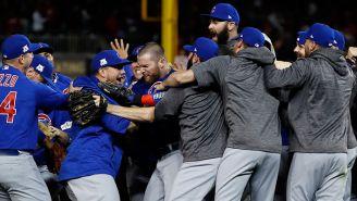 Jugadores de los Cubs festejan tras el triunfo