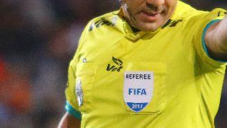 Paul Delgadillo señala una falta durante un encuentro del Apertura 2017