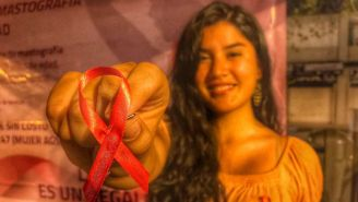 Una joven con un moño rosa en la campaña contra el cáncer de mama