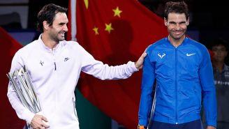 Federer bromea con Nadal tras recibir su título en Shanghai
