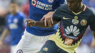 Christian Giménez disputa un balón con Darwin Quintero