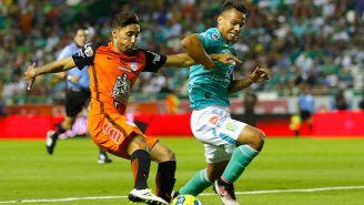 Urretaviscaya y Rodríguez pelean un balón en un Pachuca vs León