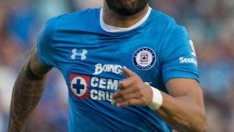 Julián Velazquez persigue en balón durante el partido