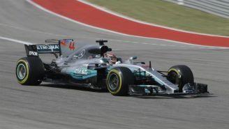 Lewis Hamilton en su monoplaza durante las P2 del GP de EU
