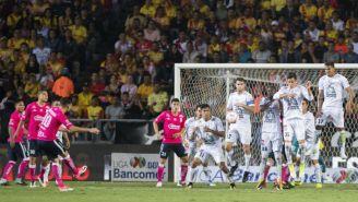 Diego Valdes cobra un tiro libre a favor de Morelia