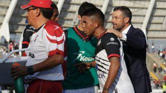 Juan Carlos Medina es calmado por Rafa Puente Jr.