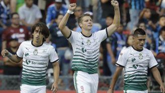Julio César Furch festeja uno de sus dos goles contra Gallos Blancos