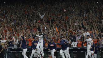 Los jugadores de Astros salen para celebrar el Campeonato de la Liga Americana al vencer a Yankees