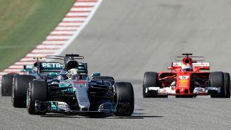 Hamilton lidera la carrera con Vettel al fondo