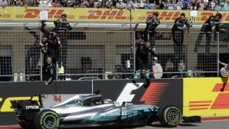 Constructores de Mercedes festejan tras la llegada del monoplaza de Hamilton