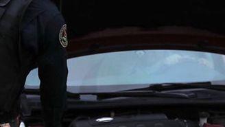Policía revisa un auto en el dispositivo de seguridad