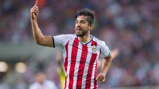 Pizarro festeja un gol con Chivas en el A2017