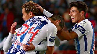 Keisuke Honda festeja un gol con compañeros