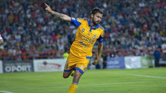 Sobis festejando un gol con la camiseta de Tigres