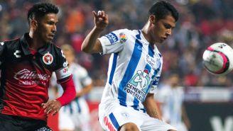 De la Rosa y Valenzuela pelean un balón en un partido
