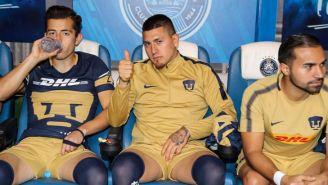 Castillo hace una seña de aprobación desde la banca de Pumas