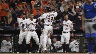 Jugadores de los Astros festejan una carrera