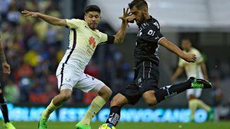 Oribe Peralta y Nicolás Sánchez disputan el balón en el C2017