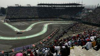 Aficionados observan la segunda sesión de práctica para el GP de México