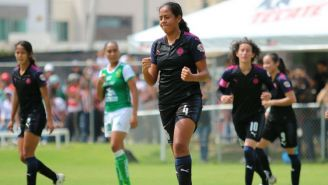 Arlett Tovarb festeja un gol con Chivas