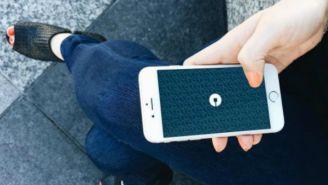 Usuaria abre Uber en su teléfono