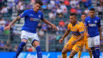 Gabriel Peñalba controla el balón en juego contra Tigres