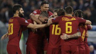 Jugadores de la Roma abrazan a El Shaarawy tras marcar gol al Chelsea