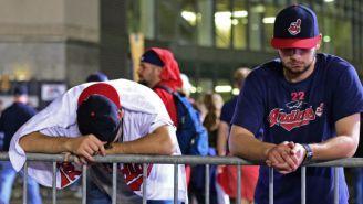 Dos seguidores de los Indios de Cleveland lloran tras la derrotan en la Serie Mundial 2017