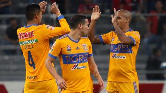 Jugadores de Tigres celebran gol contra Atlas