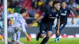Felipe Mora festeja gol en el Estadio Morelos