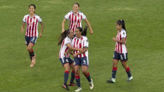 Arlett Tovar festeja con sus compañeras su gol contra el América